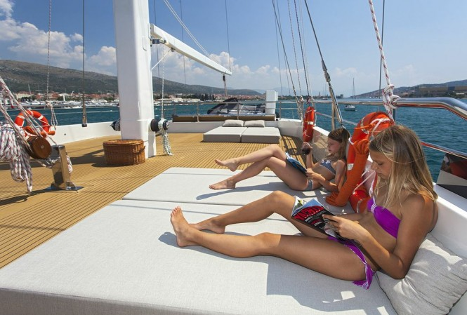 Sailing yacht NAVILUX -  Sundeck Sunpads